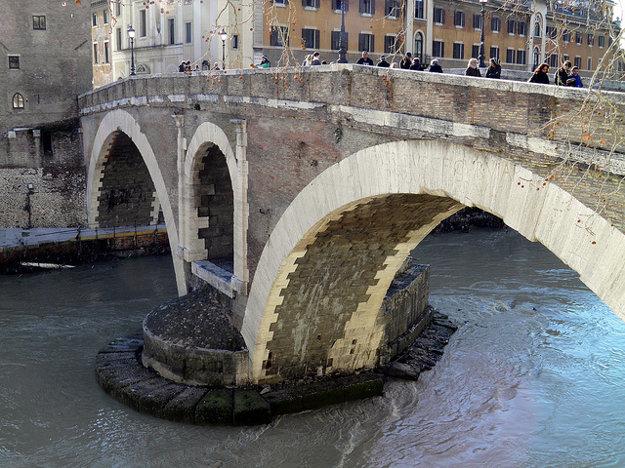 Pons Fabricius sa klenie na Tiberom v Ríme už dve tisícročia.