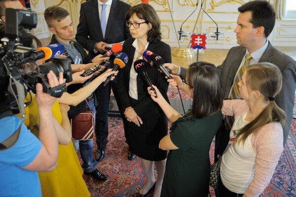 Ministerka Žitňanská hovorí s novinármi.