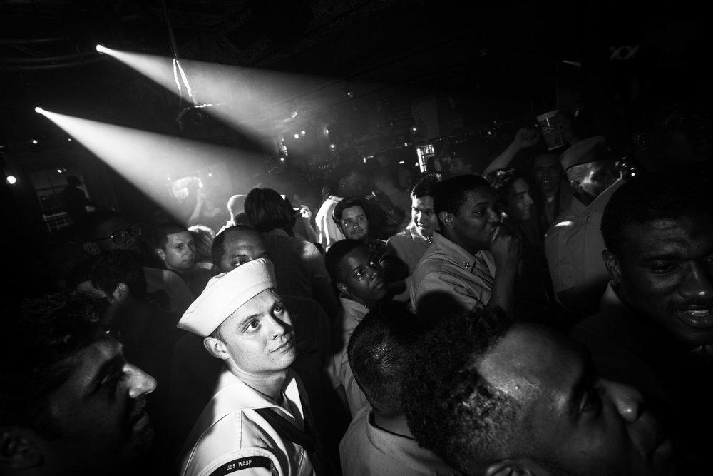 Námorník US Navy vo svetle reflektorov v jednom z barov v New Orleans.