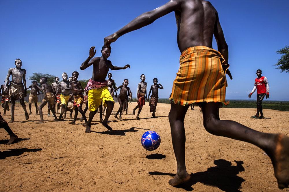 Futbalový zápas chlapcov z kmeňa Karo v južnej Etiópii.