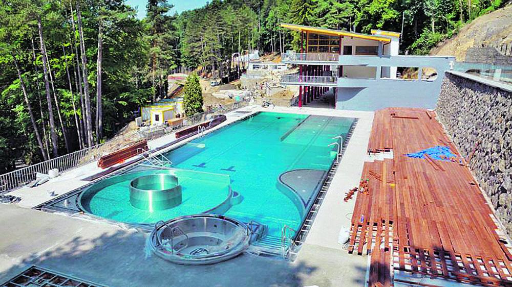 V sobotu otvárajú zrekonštruovanú Zelenú žabu. Historický betónový bazén s unikátnym osvetlením nahradil menší, antikórový.