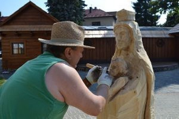 V Turzovke sa opäť stretli majstri rezbári, aby vdýchli život dreveným kmeňom.