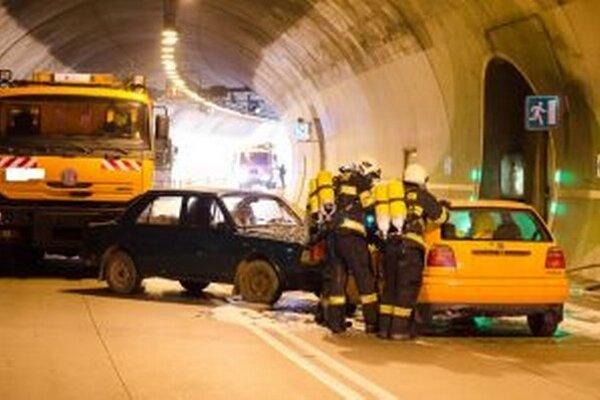 V tuneli Čadca – Horelica došlo k hromadnej dopravnej nehode. Boli aj vážne zranení, ktorí však v nemocnici neskončili.