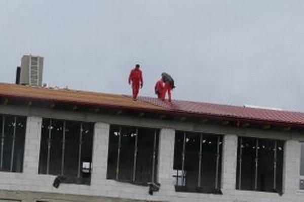 V novembri 2012 spôsobili dažde zatekanie v učebniach, a tak tam mali havarijný stav. Jeden z pavilónov skončil s poškodenou strešnou krytinou.