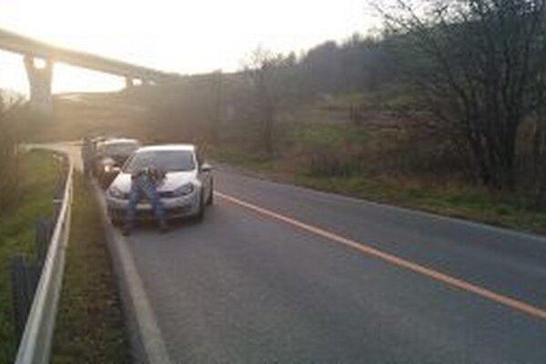 Poliakom, ktorí sa pokúsili dvomi autami nelegálne previesť šesť osôb zo Slovenska do Nemecka cez Poľsko, hrozí trest odňatia slobody na tri až osem rokov.