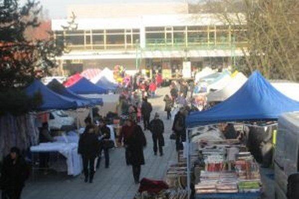 Veľké vianočné trhy v Čadci dnes síce končia, klasické však pokračujú na Palárikovom námestí až do Vianoc.