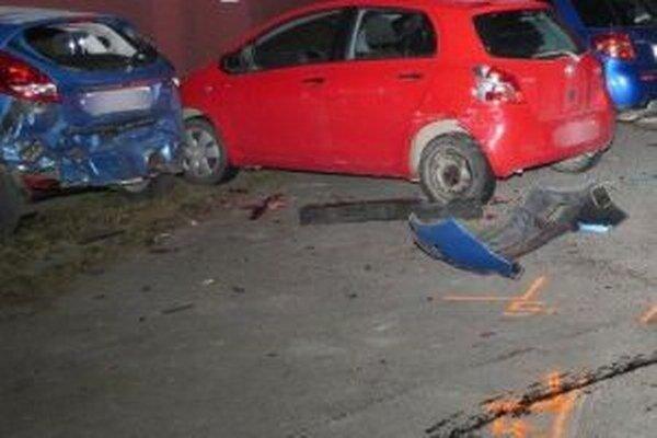 Polícia pátra po vodičovi, ktorý narazil do zaparkovaných vozidiel a potom ušiel.