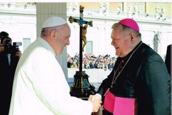 Stretutie pápeža s biskupom Viliamom Judákom.