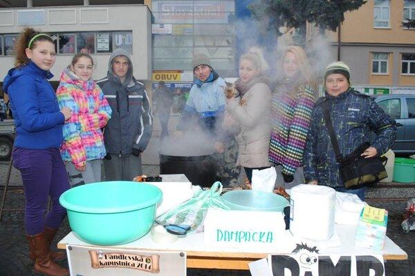 Členovia mládežníckeho parlamentu varili kapustnicu na jednej z charitatívnych akcií.