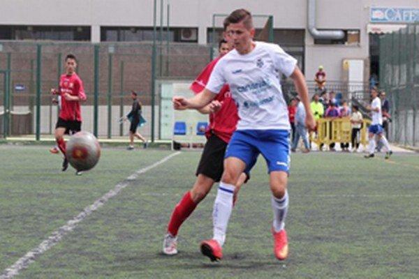 Futbalista Tomáš Pochyba (v bielom tričku) v akcii.