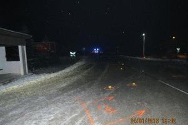 Včera o 17.40 hodine došlo na križovatke ciest I. a III. triedy v katastri obce Predmier k dopravnej nehode, pri ktorej vodič zrazil dvoch chodcov.