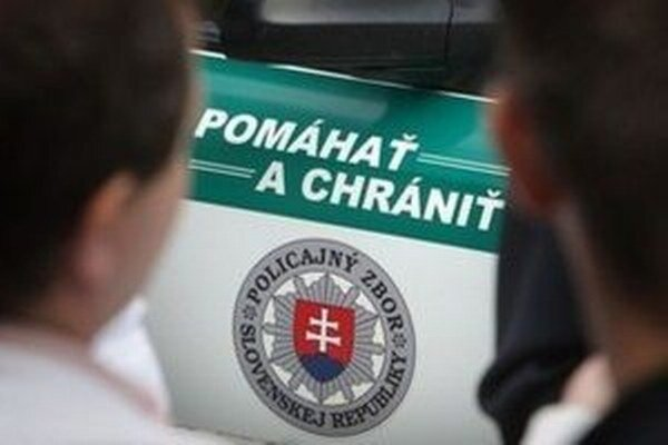 Policajtov privolali k mladíkovi, ktorý chcel skočiť zo strechy.