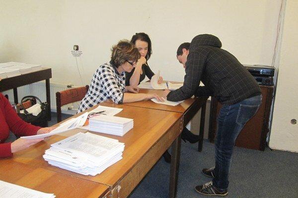 Volič sa pred samotnou voľbou preukáže platným občianskym preukazom.