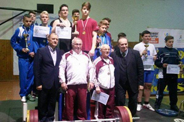 Vzpierači Krásna nad Kysucou (vľavo) na stupni víťazov.