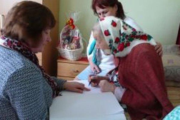 Babka Veronika oslávila 101 rokov. Poblahoželať jej prišli aj z obecného úradu. Oslávenkyňa sa podpísala do Pamätnej knihy obce Podvysoká.