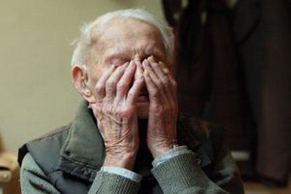 Mnohí starí ľudia sú odkázaní na pomoc iných.