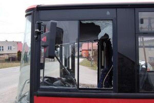 Dvadsaťročný muž kameňom rozbil sklenenú výplň okna vodiča.