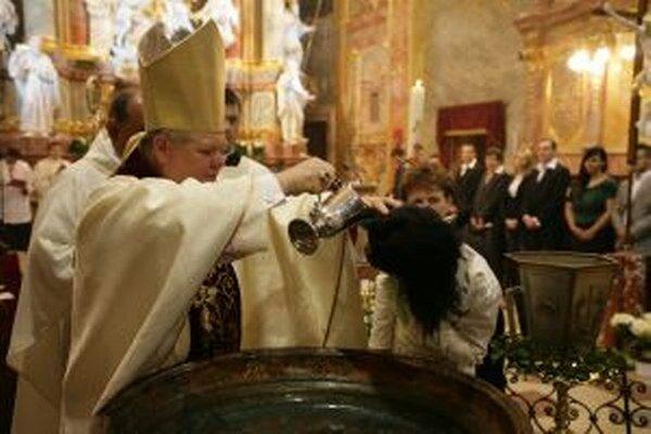 Počas tejto Bielej soboty pokrstí biskup Judák 14 dospelých.