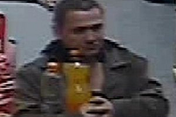 Polícia hľadá muža, ktorého zachytila kamera.