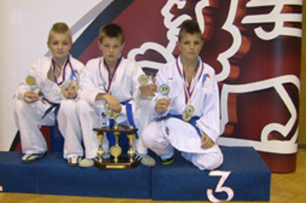 Zľava: Matúš Hudec, Marek Pončka a Dávid Kajánek pridali k individuálnemu úspechu ďalšie zlato v súťaži družstiev.