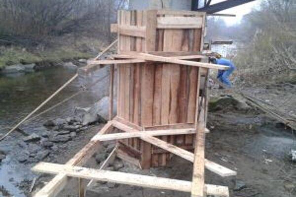 Lávku cez rieku Kysucu samospráva opravila. Náklady predstavujú 1 600 eur.