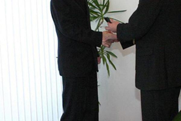 Milan Slivka (vľavo) dostáva ocenenie z rúk primátora Kysuckého Nového Mesta Jána Hartela.