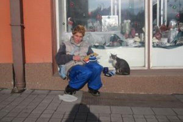 Väčšiu časť dňa trávi Petra na ulici a predáva časopis gréckokatolíckej charity.