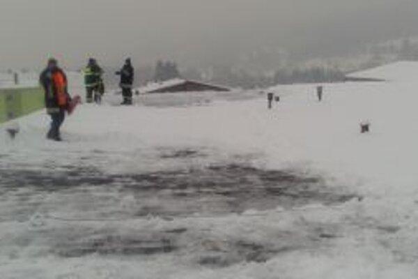 Sneh budú musieť odhadzovať zo strechy až do jari.