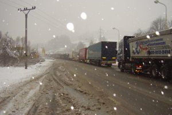 Kamióny sa pre Svrčinovec stali čiernou morou.
