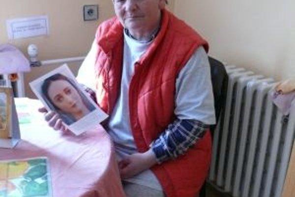 Pred vyše dvadsiatimi rokmi dala pani Oľga svoje tri deti do detského domova. Dnes sa modlí k Panne Márii, aby im pomohla, keďže ona to nedokázala.