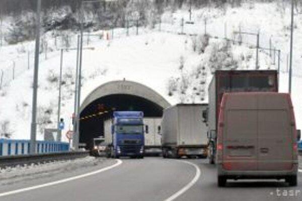 Všetky vozidlá, okrem tých prepravujúcich nebezpečný náklad, sú presmerované na nové obchádzkové trasy po ceste I/11 A (tunel Horelica).