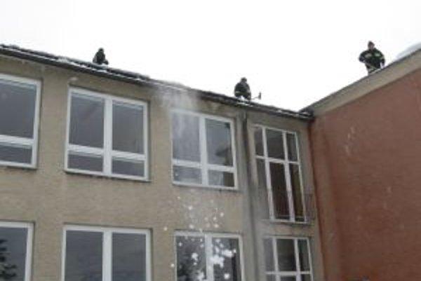 V škole trvá od vlaňajšieho novembra havarijný stav. Hasiči musia zhadzovať sneh zo strechy.