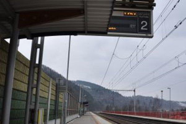 Pokiaľ cestujúci využijú prístrešok, na informačné tabule nevidia.