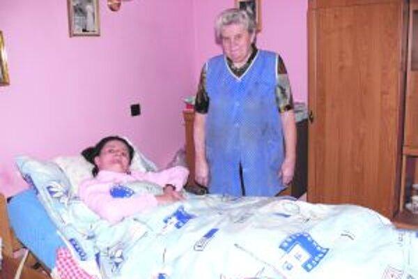 Mama pri dcérke Marienke. Aj ju choroba pripútala na lôžko.
