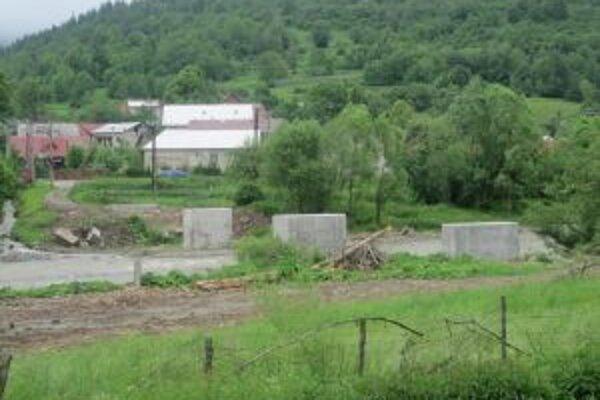 Piliere si v obci postavili ešte minulý rok svojpomocne.