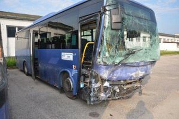 Obrovský šok pri včerajšej nočnej dopravnej nehode zažil najmä vodič autobusu. Podľa jeho výpovede auto vpálilo priamo pod autobus.