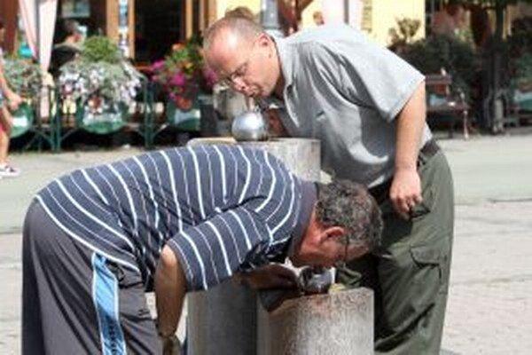 V horúcich letných dňoch je dôležitý pitný režim.
