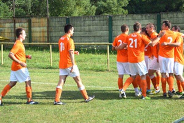 Takto sa tešili hráči Rudiny z úvodného gólu Brodňana počas nedeľňajšieho derby s Rudinskou.