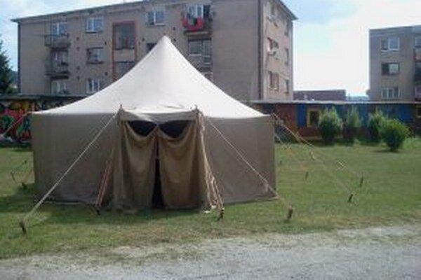 Rozprávači strašidelných príbehov sa stretli pod stanom v areáli základnej školy.