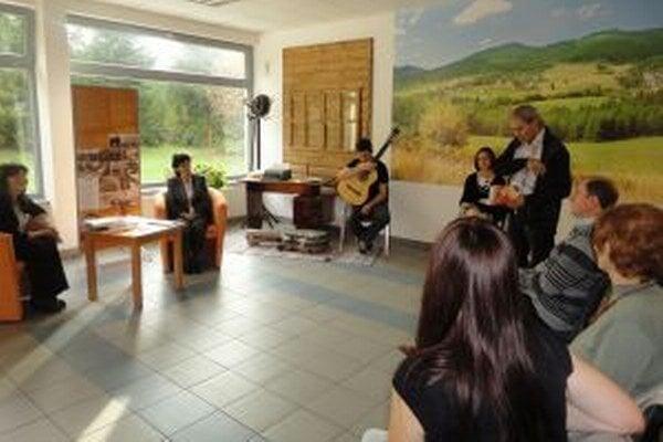 V Kysuckej knižnici uviedli do života básnicky debut Marty Harajdovej Teraz.