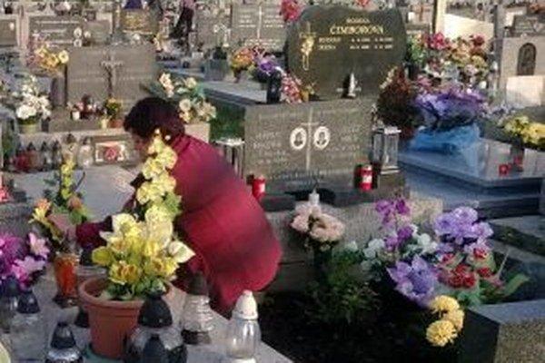 Cintoríny sa zaplnili pozostalými, ktorí si tento víkend pripomenú Pamiatku zosnulých.