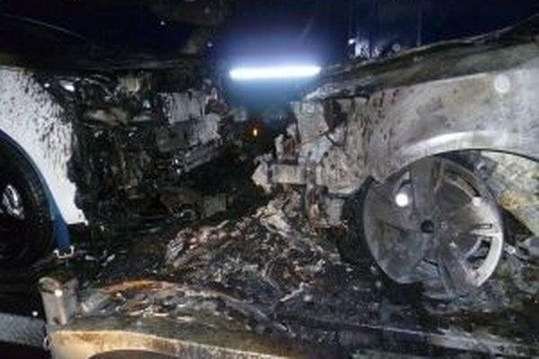 Na prívese kamióna sa vznietilo koleso, od neho vypukol požiar, ktorý zničil štyri nové autá, ktoré ťahač prevážal do Talianska.