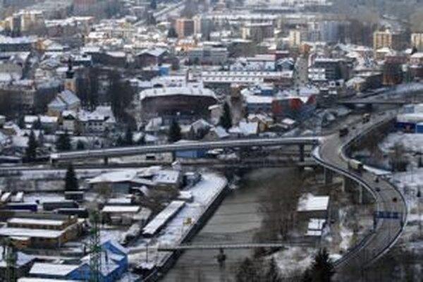 Obchvat v dĺžke približne dva kilometre, ktorý má odbremeniť mesto od dopravy a v budúcnosti slúžiť ako privádzač k diaľnici D3, mal byť hotový v januári 2014.