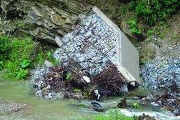 Utrhnutá hrádza špatí obec už od roku 2010.