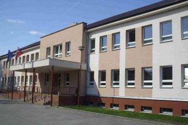Pri delimitácii majetku štátu prešla staršia časť polikliniky a príslušný pozemok do majetku ŽSK.