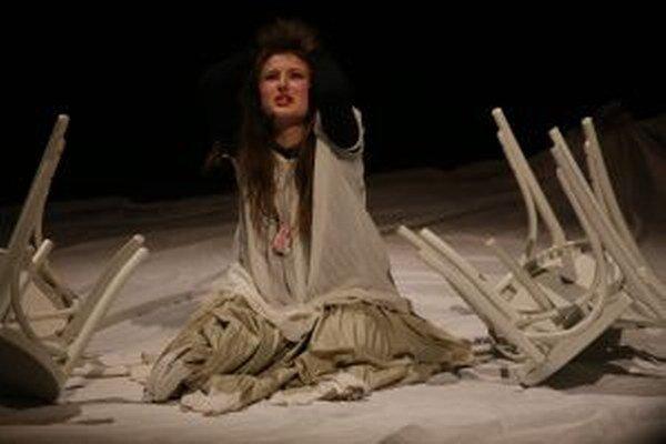 Atmosféra posledného predstavenia bola emotívna  a herecké výkony divadelníkov boli až mrazivo autentické.