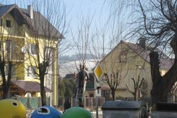 Namiesto odhŕňania zasnežených chodníkov v obciach napríklad aj upravujú zeleň.