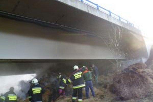 Pod diaľničným mostom horeli balíky sena.