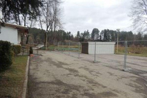 Parkovisko pred Zariadením pre seniorov na Hviezdoslavovej ulici v Čadci je stále zablokované.