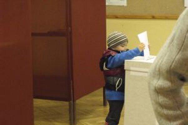 K volebným urnám prichádzajú mladí, aj tí skôr narodení.